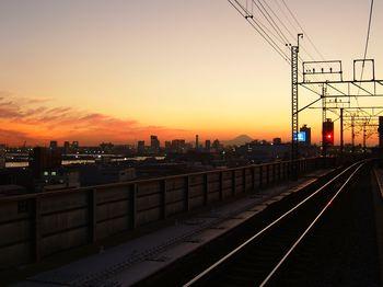新木場駅から見たお台場方面と富士山のシルエット