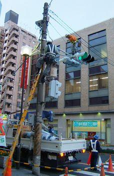 千葉県松戸市での信号機交換作業
